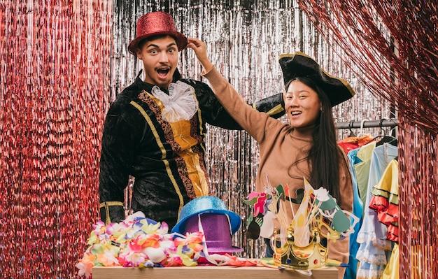 Freunde des niedrigen winkels, die kostüme für karnevalsparty versuchen Kostenlose Fotos
