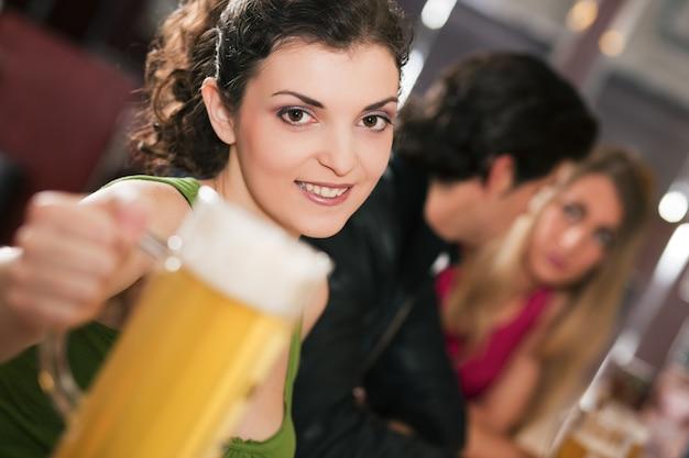 Freunde, die bier in der bar trinken Premium Fotos