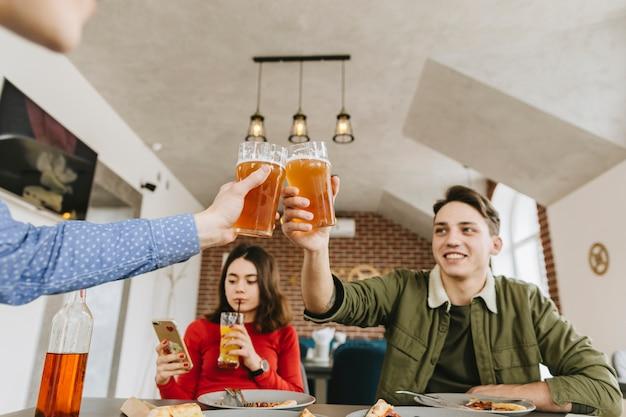Freunde, die bier in einem restaurant trinken Kostenlose Fotos