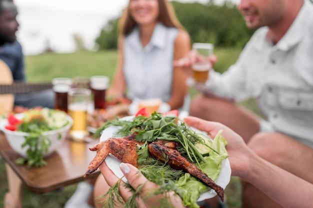Freunde, die draußen beim grillen essen Premium Fotos