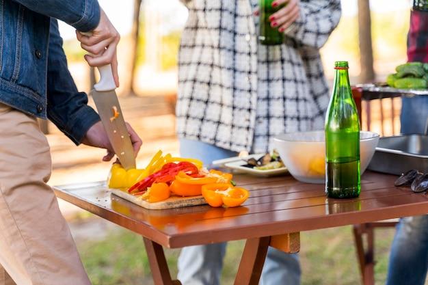 Freunde, die draußen mit bier zu mittag essen Premium Fotos