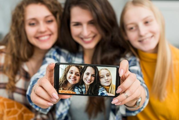 Freunde, die ein selfie nehmen Kostenlose Fotos