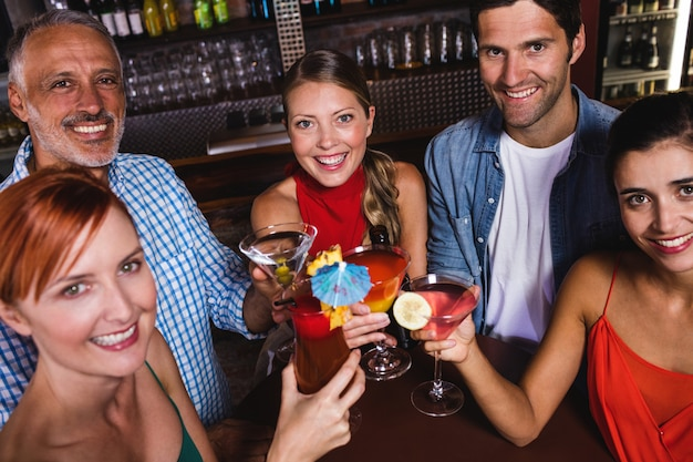 Freunde, die getränkgläser im nachtklub rösten Premium Fotos