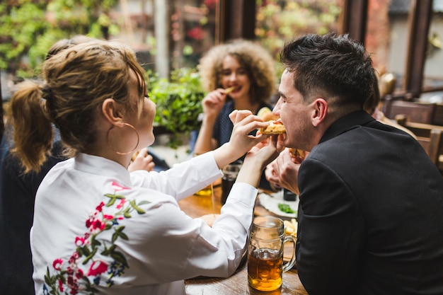 Freunde, die im restaurant essen und sich unterhalten Kostenlose Fotos