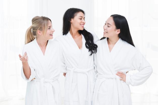 Freunde, die in einem badekurort sprechen Kostenlose Fotos