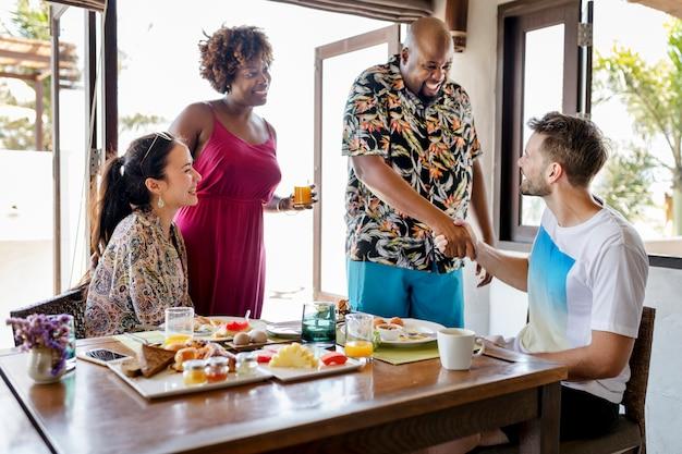 Freunde, die in einem hotel frühstücken Premium Fotos