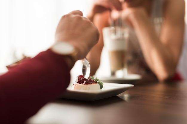 Freunde, die in einem restaurant zu abend essen Kostenlose Fotos