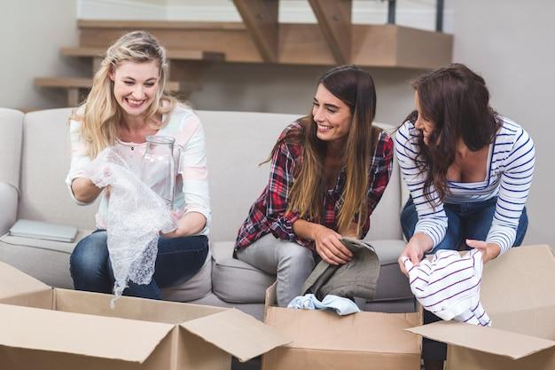 Freunde, die kartonkästen auspacken Premium Fotos