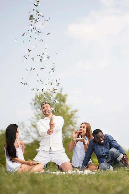 Freunde, die konfetti beim grillen freigeben Kostenlose Fotos