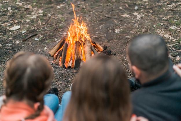 Freunde, die mit lagerfeuer campen Kostenlose Fotos