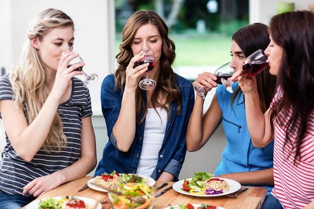 Freunde, die rotwein trinken Premium Fotos