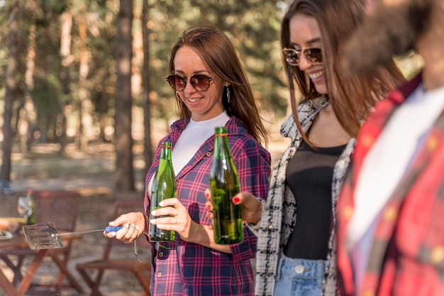 Freunde, die spaß haben und bier trinken Kostenlose Fotos
