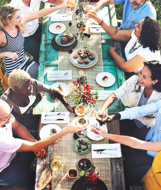Freunde, die spaß haben und zusammen essen Premium Fotos