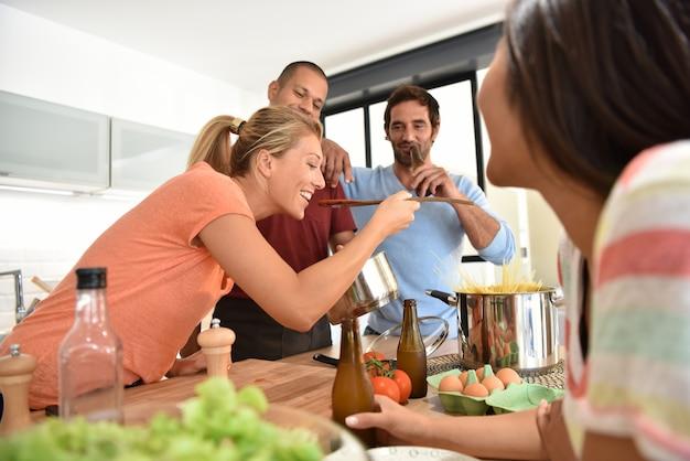 Freunde, die spaß haben, zusammen zu kochen Premium Fotos