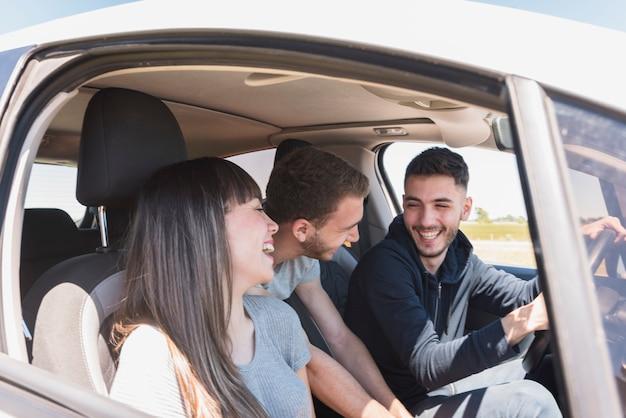 Freunde, die spaß im auto haben Kostenlose Fotos