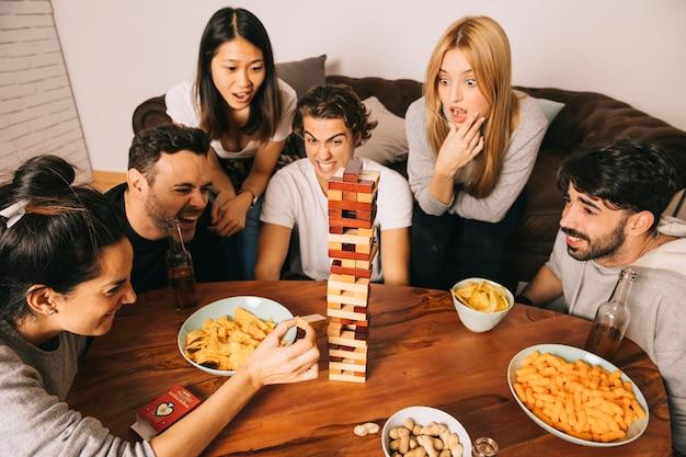 Freunde, die tabletopspiel mit chips spielen Kostenlose Fotos