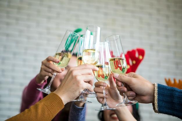 Freunde, die weihnachts- oder sylvesterparty mit champagner feiern Premium Fotos
