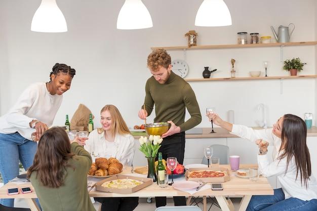 Freunde, die zu hause zusammen essen Kostenlose Fotos