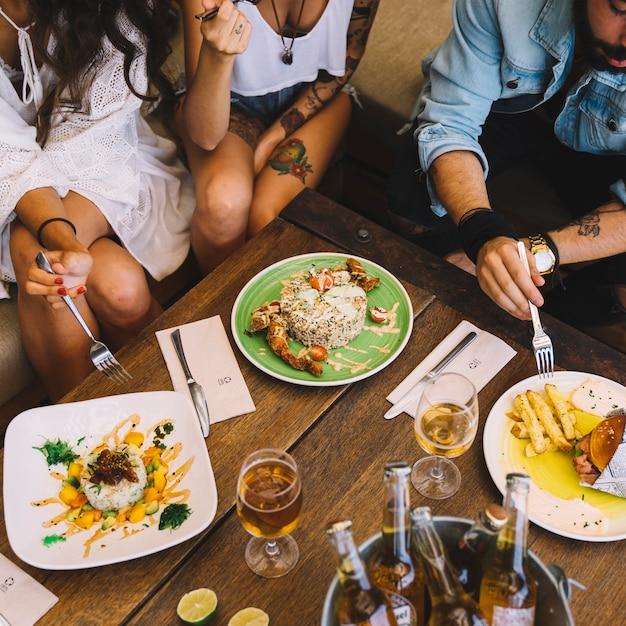 Freunde essen im restaurant Kostenlose Fotos