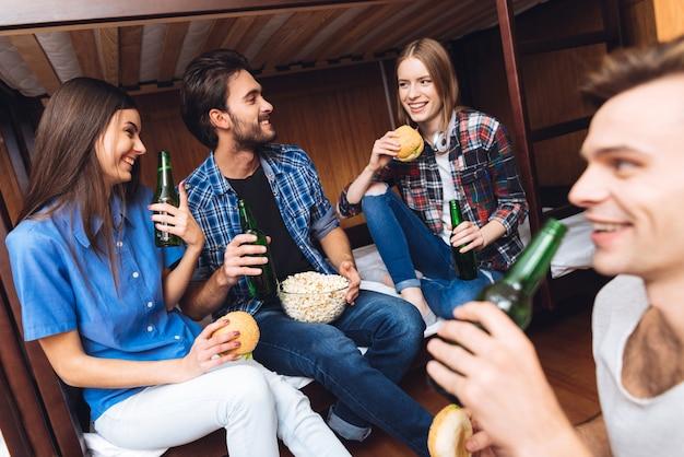 Freunde essen und trinken. Premium Fotos