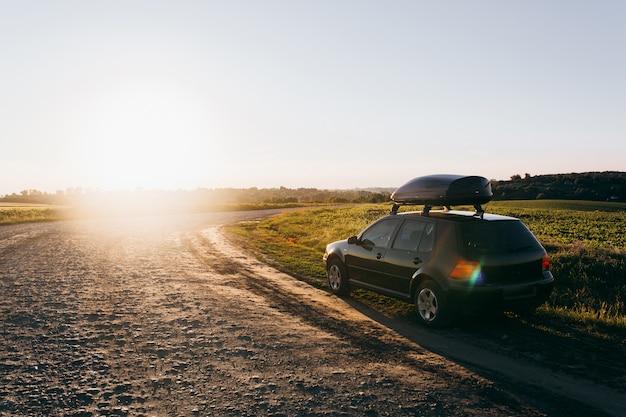 Freunde fahren mit dem auto in den urlaub Premium Fotos