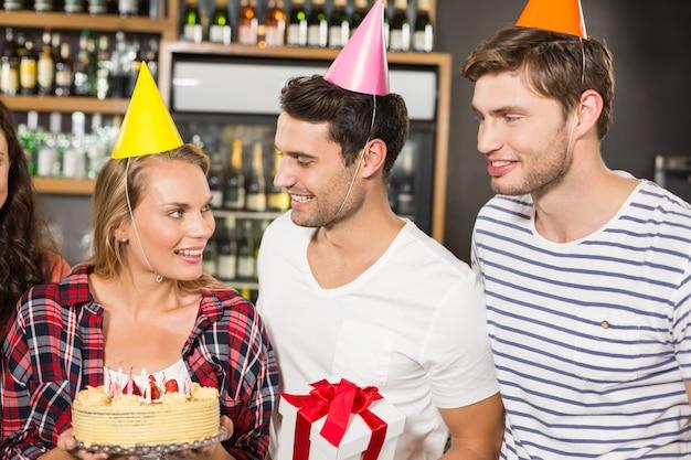 Freunde feiern geburtstag Premium Fotos