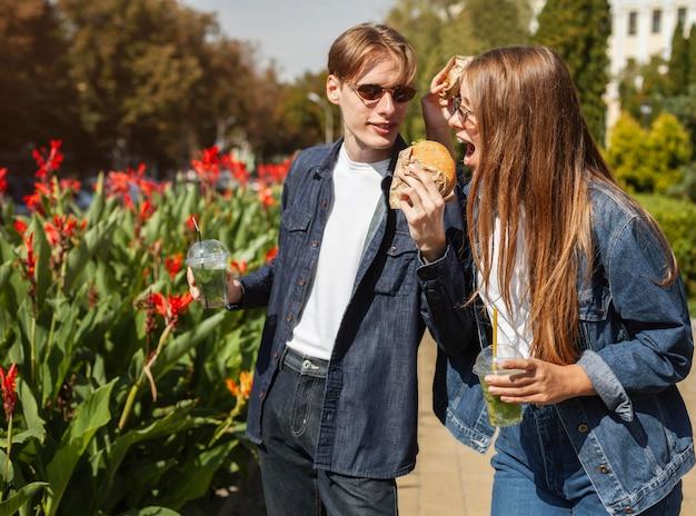 Freunde im freien essen fast food Kostenlose Fotos