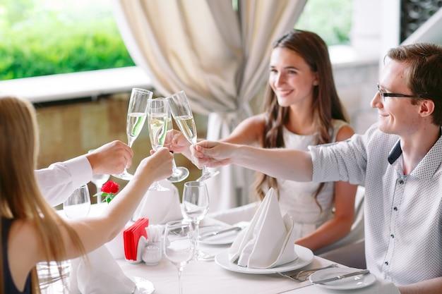 Freunde im restaurant einen toast Premium Fotos