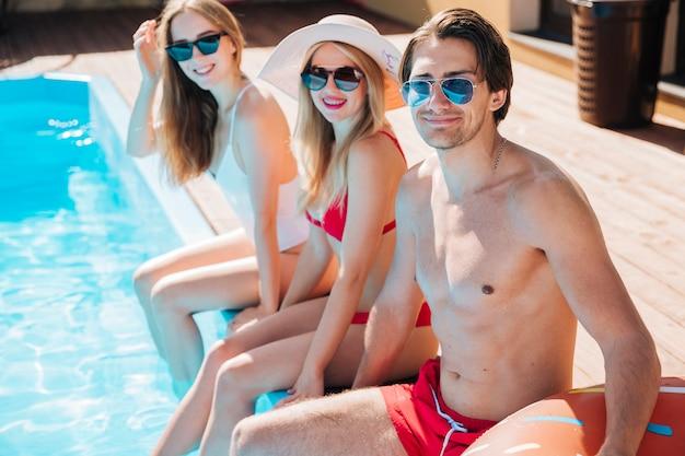 Freunde in den ferien, welche die kamera betrachten Kostenlose Fotos