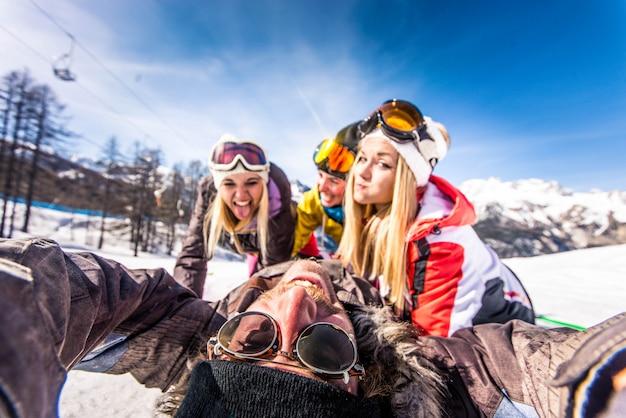 Freunde in den winterferien Premium Fotos