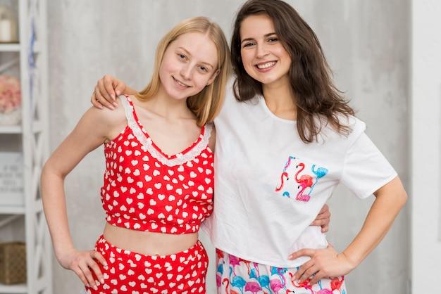 Freunde in der pijama-party, die für ein bild aufwirft Kostenlose Fotos