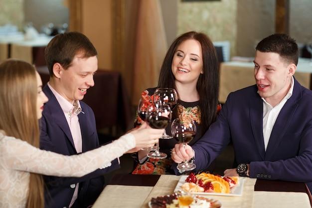 Freunde in einem restaurant trinken wein. Premium Fotos