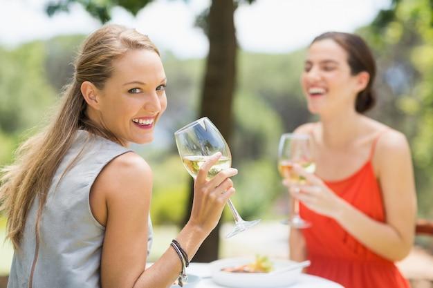 Freunde lachen beim weintrinken Premium Fotos