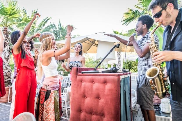 Freunde machen party in einer loungebar Premium Fotos