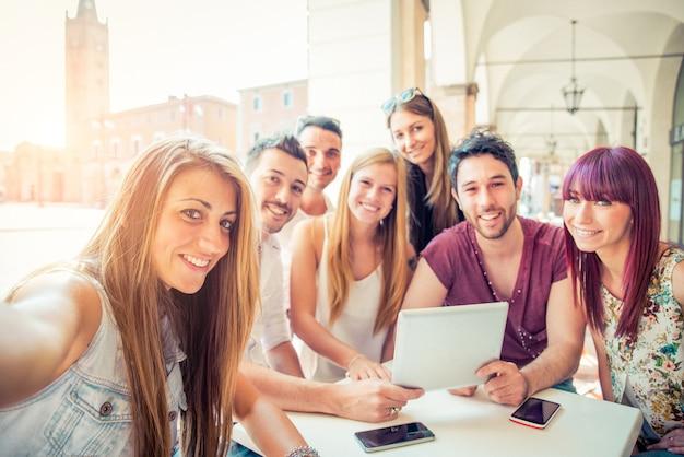 Freunde machen selfie Premium Fotos
