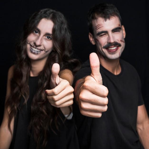 Freunde mit dem gespenstischen make-up, das daumen aufstellt Kostenlose Fotos