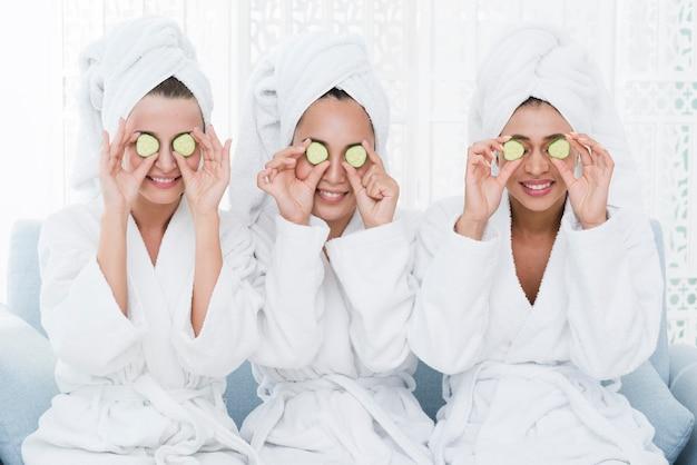 Freunde mit einer gesichtsmaske in einem badekurort Kostenlose Fotos