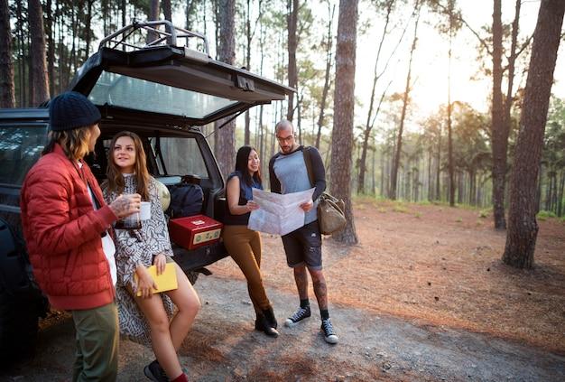 Freunde parkten auto forest concept Premium Fotos