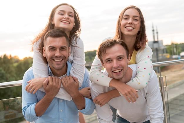 Freunde posieren auf einer terrasse Kostenlose Fotos