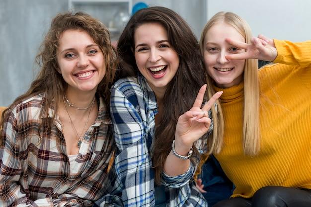 Freunde posieren für ein foto Kostenlose Fotos