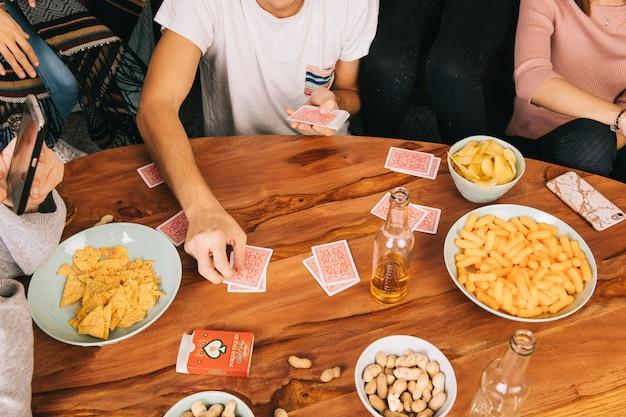 Freunde spielen kartenspiel Kostenlose Fotos