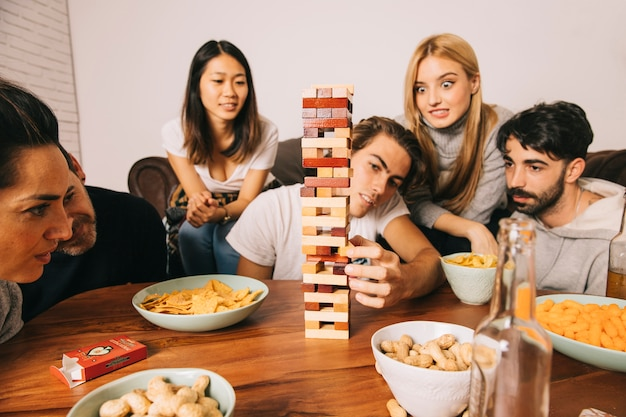 Freunde spielen tabletop-spiel in der stille Kostenlose Fotos