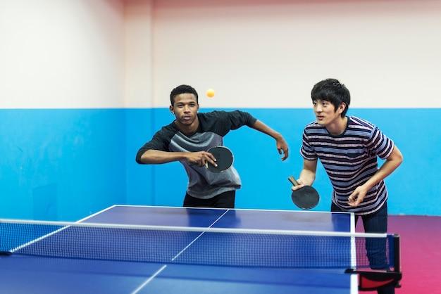 Freunde spielen tischtennis Kostenlose Fotos
