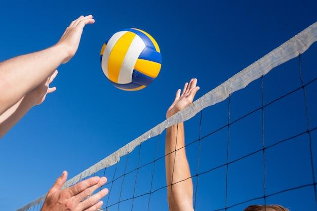 Freunde spielen volleyball Premium Fotos