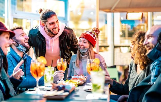 Freunde trinken cocktails im bar-restaurant draußen Premium Fotos