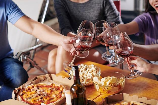 Freunde trinken wein auf der party Premium Fotos