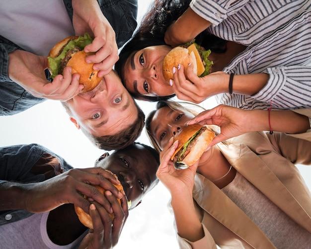 Freunde von unten, die burger essen Kostenlose Fotos