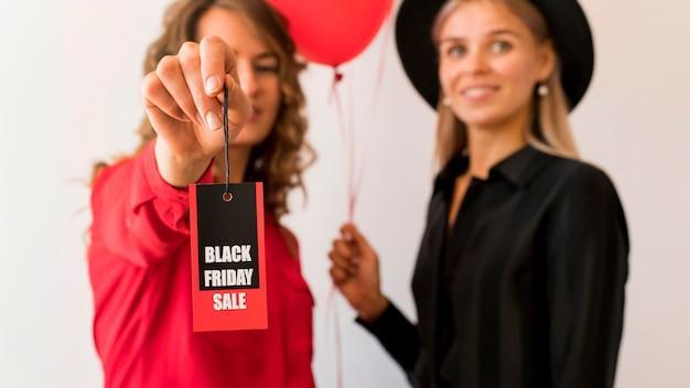 Freunde zeigen schwarzes freitag label Kostenlose Fotos