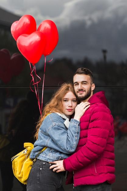 Freundin, die ihre vorderansicht des freundes umarmt Kostenlose Fotos