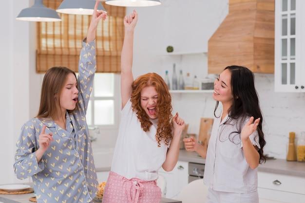 Freundinnen, die an der pyjama-party tanzen Kostenlose Fotos